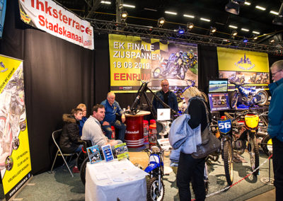 Dé Noordelijke Motorbeurs - Expo Assen: baansport Eenrum geeft informatie aan belangstellenden
